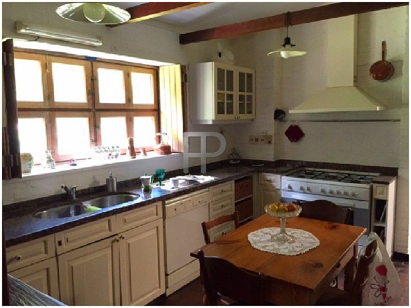 House for sale Punta del Este: Large country-style kitchen.